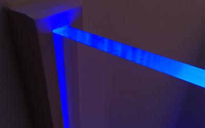 Le Plexiglass éclairé par ses côtés