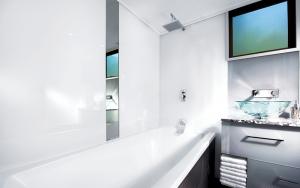 Parois en plexiglass pour la salle de bain