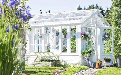 Une serre de jardin en plexiglass