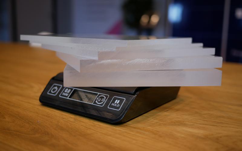 Le poids du plexiglass