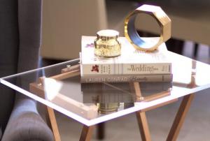 Table d'appoint en plexiglass
