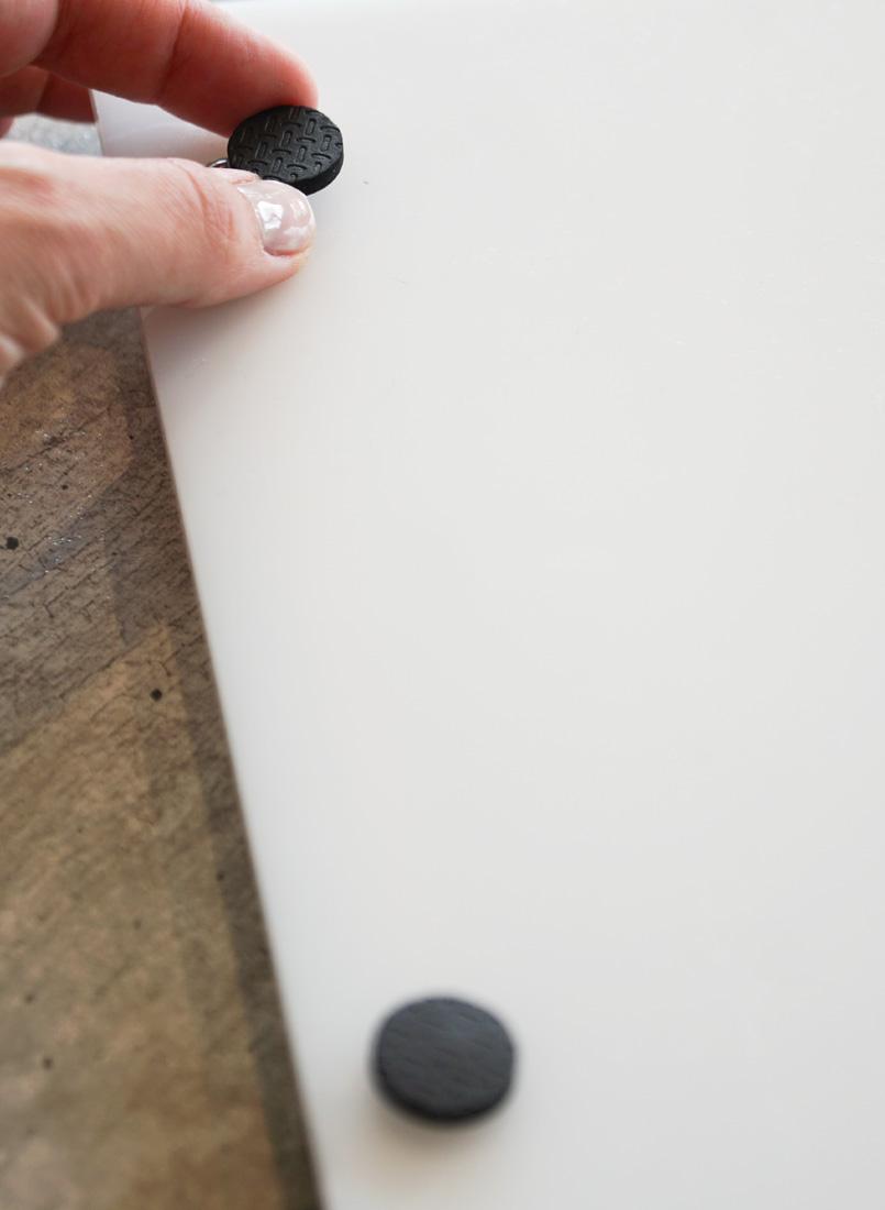Plateau en plexiglass - fixez du feutre auto-adhesif