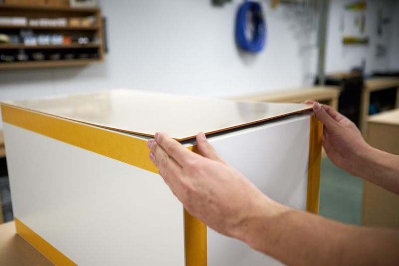 IKEA Kallax hack construire un socle en plexiglass fixez plaque acrylique