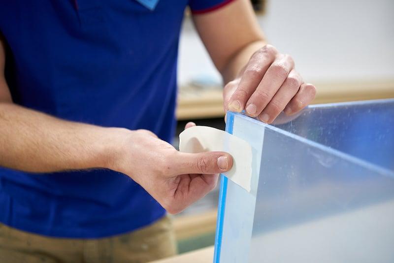 Fixez ensuite la paroi arrière avec du ruban adhésif et alignez-la contre le côté.