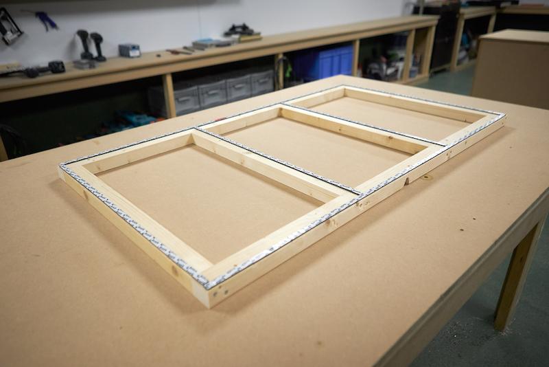 Collez ensuite du ruban adhésif double face sur votre cadre en bois