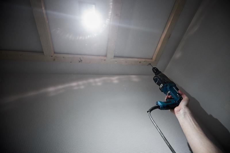 Fixez le cadre au plafond de vos toilettes