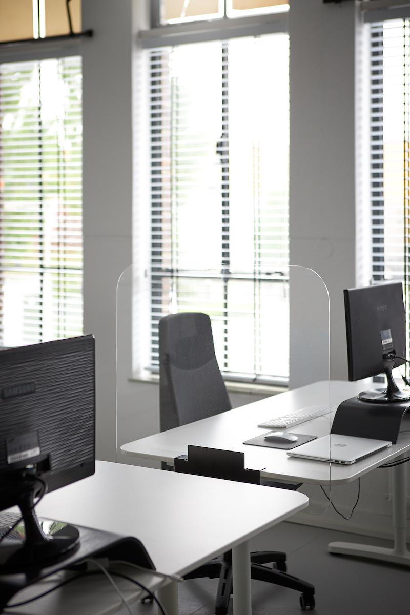 placez des écrans en plexiglass sur pied entre les tables de déjeuner