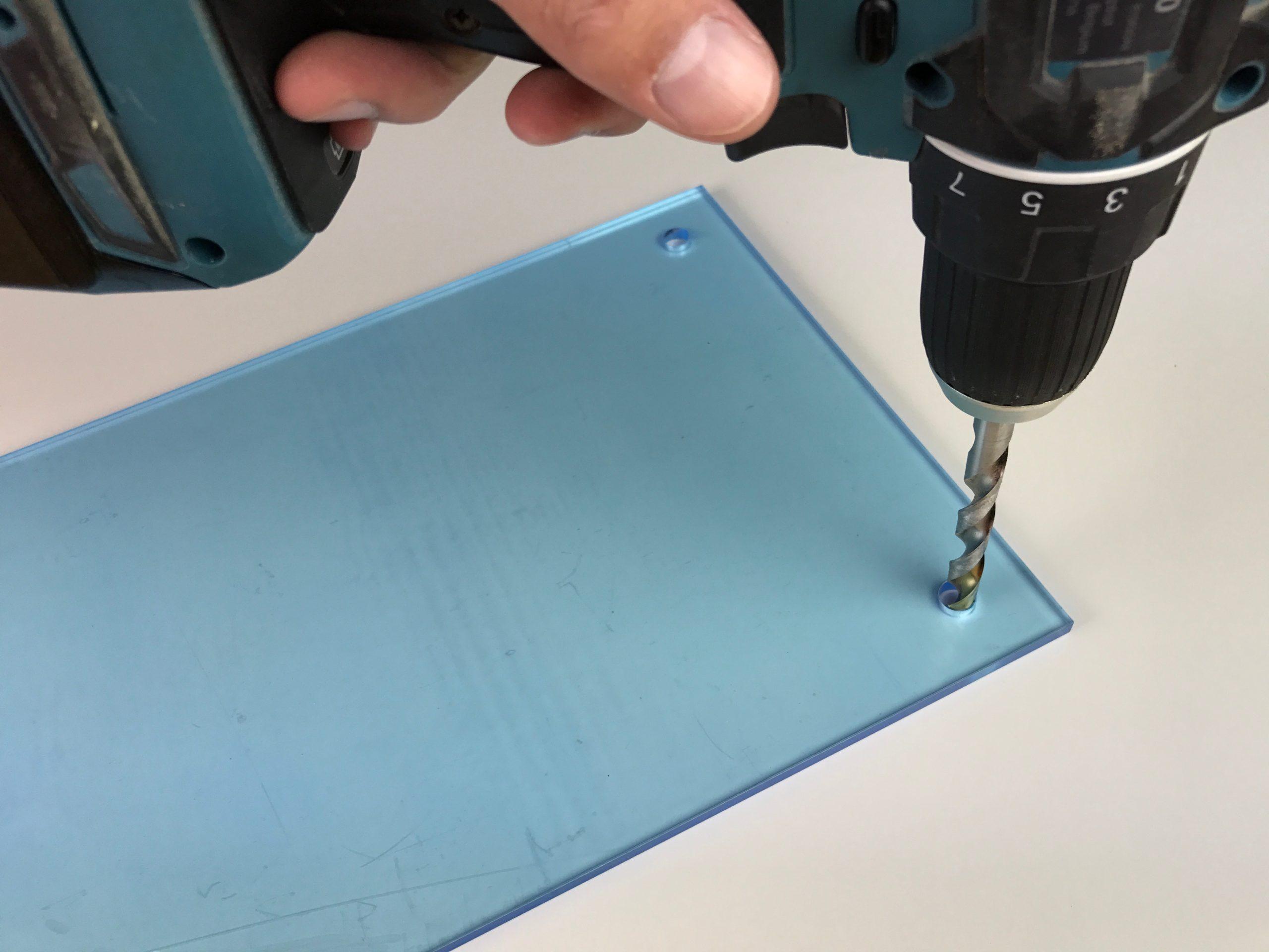 Percez les trous dans la plaque plexiglass