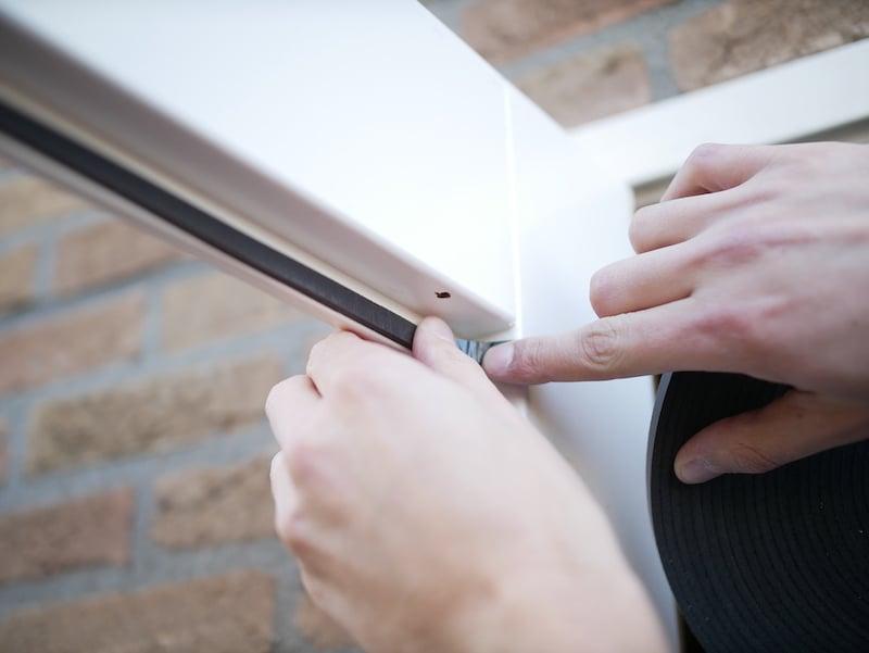 Appliquez du ruban de vitrage dans le cadre de la fenetre