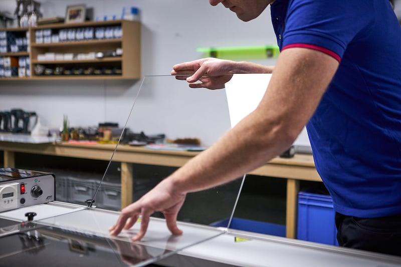 Table basse en plexiglass avec une machine a plier